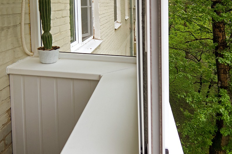 Установка пластиковых подоконников на полукруглом балконе..