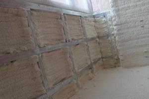 Минеральная вата заложена в обрешетку балкона