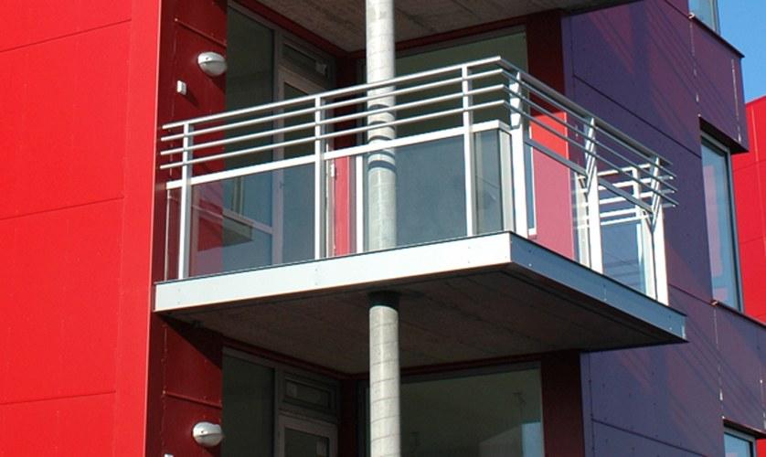 Стеклянные ограждения балконов, заказ перил из стекла, цены.