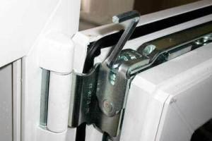 Механизм поджатия двери к косяку