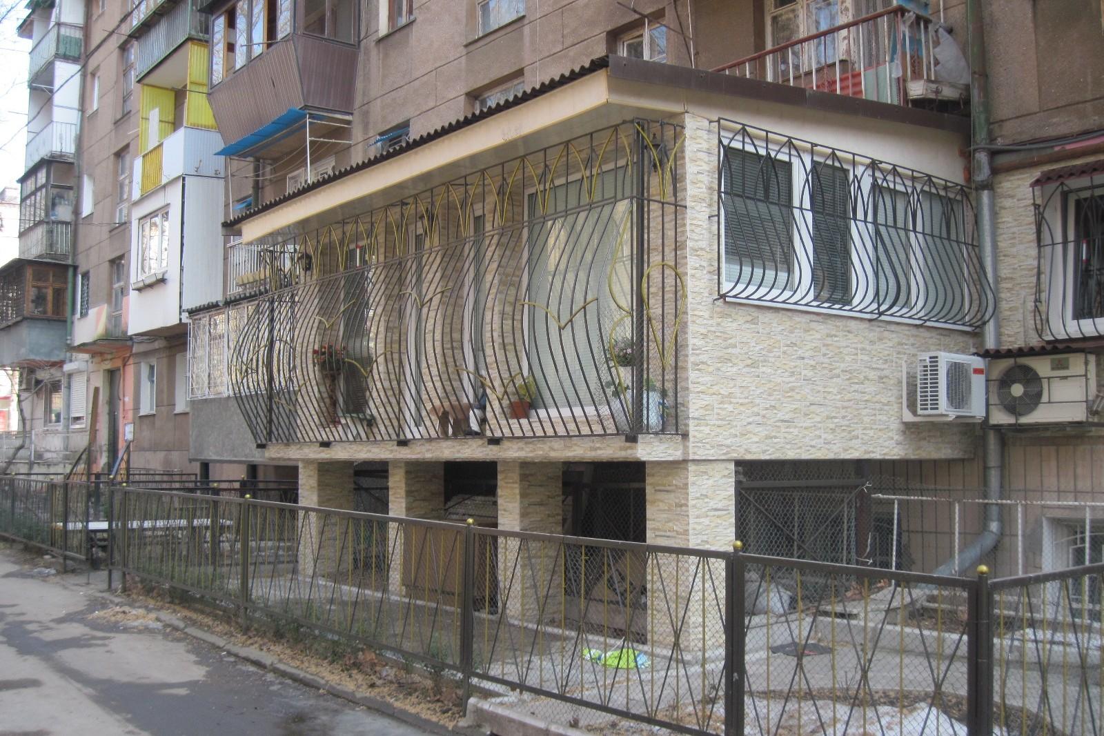 Дизайн балкона на 1 этаже