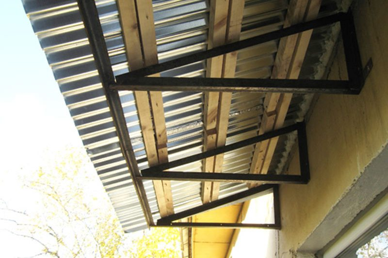 Стоимость установки металлического балконного козырька..