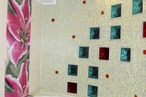 Стеклоблоки в роли вставок в стене ванной комнаты
