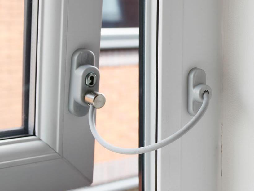 Виды защиты на пластиковые окна для безопасности детей 77
