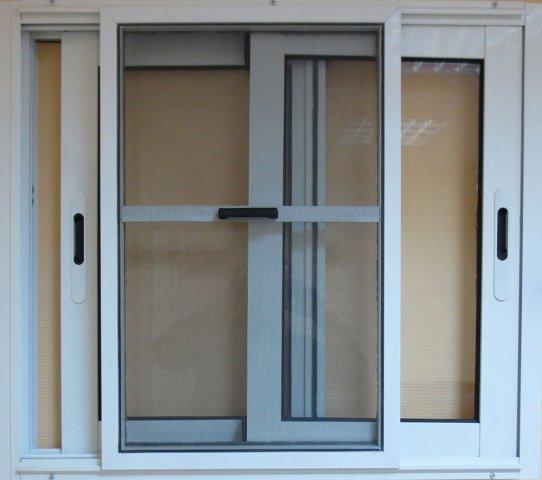 Установка сеток на раздвижное окно на балкон.