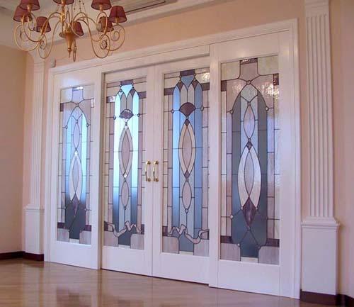 Особенности и разновидности витражных дверей в интерьере, выбор подходящего