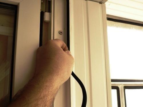 Плохо закрывается пластиковая дверь как отрегулировать