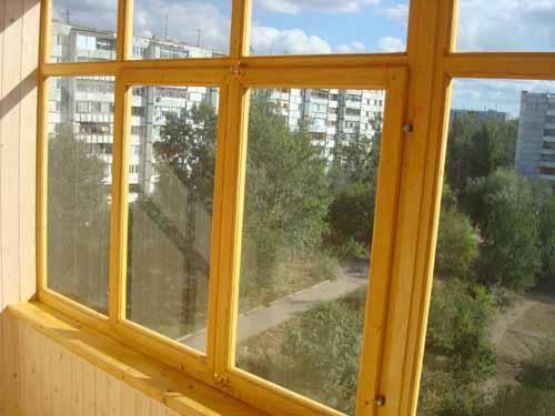 Деревянные окна на балконе - доступный и нетрудоёмкий вариант