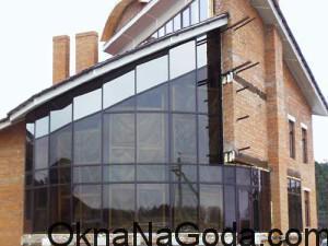 Внешний вид дома с панорамным остеклением