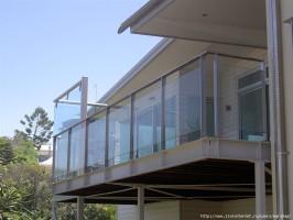 Стеклянные ограждения балконов выглядят современно