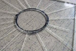 Нарезка круглого стекла для окон на балконе