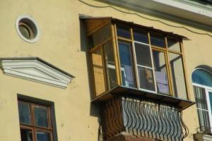 Балкон остеклен деревянным профилем с вынос