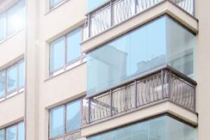 Остекление балкона безрамное с выносом