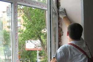 Фото монтажа окна специалистом компании Строй Мастер