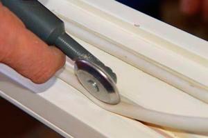 Прокладка утеплителя при помощи роликового инструмента