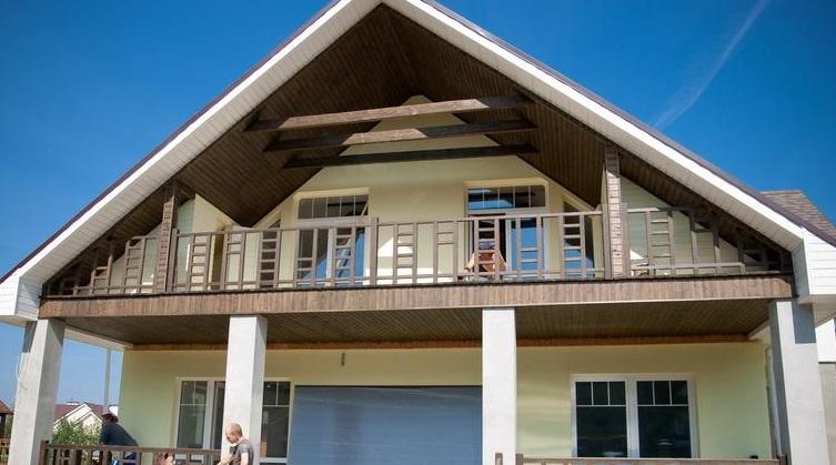 Деревянный балкон - всегла украшение частного жилища