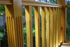 Балясины ограждают балкон