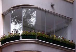 Балкон остеклён безрамно