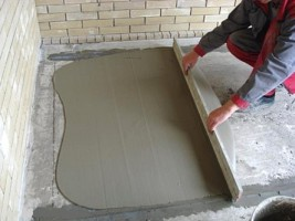 образец фото выравнивания ЦПС на полу балкона