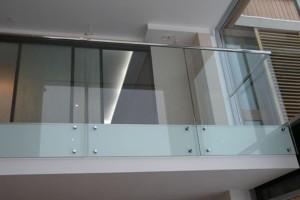 Ограда из металла и стекла