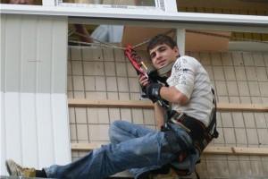 Наружное утепление балкона при помощи промышленного альпиниста