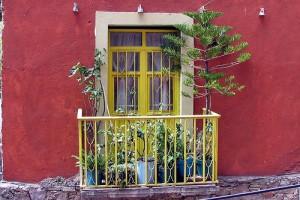 Декоративный балкон только украсит здание