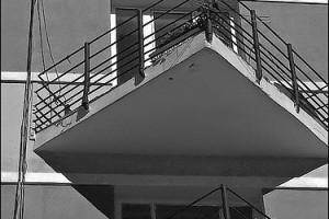 В соответствии с учением Фен-Шуй этот балкон опасен