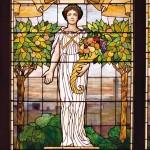 Богиня плодородия Церера с рогом изобилия – также типовой сюжет для кухонных витражей