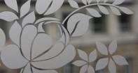 Витраж, полученный методом гравировки стекла струёй воздуха, смешанного с песком