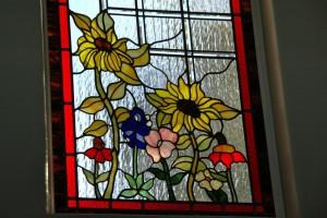 Изображение цветов - традиционный сюжет для классических витражей