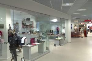 Стеклянные витрины в магазине
