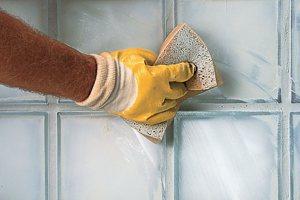 Швы между стеклянными блоками должны быть очищены