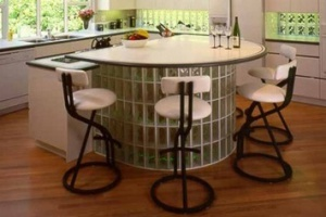 Кухонный столик с основанием из стеклоблоков