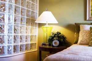 Зонирование спальни с помощью перегородки из стеклянных блоков