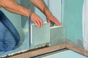 Аккуратная укладка первого ряда стеклянных блоков