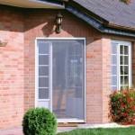 Дверь загородного дома с москитной сеткой