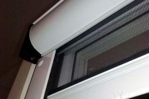 Рулонная москитная сетка на балконную дверь