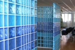 Современный интерьер со стеклоблочными перегородками
