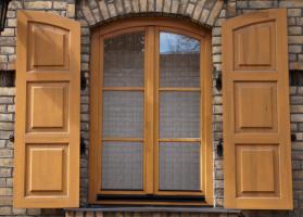Чем лучше покрасить деревянные окна