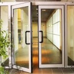 Алюминиевая маятниковая дверь