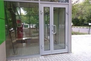 Алюминиевое остекление двери