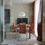 Разделение стеклянной стеной гостиной от кухни