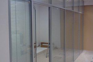Внутридомовая стена из стекла