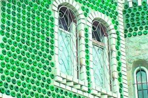 Фасад из стеклянных бутылок