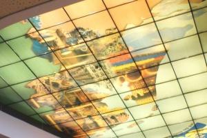 Потолок из стекла с рисунком