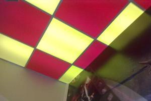 Акриловый потолок из разноцветного материала