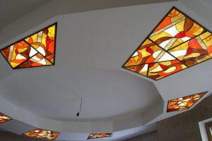 Потолок с витражными вставками