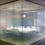 Стеклянная перегородка внутри офиса