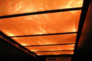 Стеклянный потолок с эффектом бушующего пламени за ним