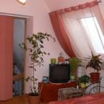 Оформление мансардного окна занавесками в розовых тонах